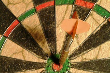 758004 - dart aim with arrow
